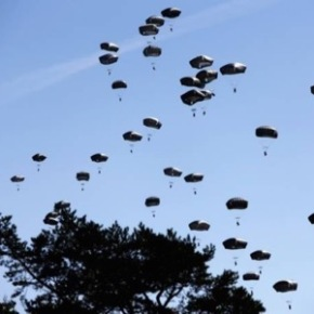Lluvia de paracaidistas sobre las cabezas de loseuropeos