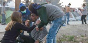 VÍDEO | Antidisturbios griegos lanzan gases lacrimógenos contra refugiados enIdomeni