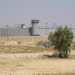 Prisioneros palestinos se rebelan en la prisión de Neguev: Dos carceleros israelíesheridos