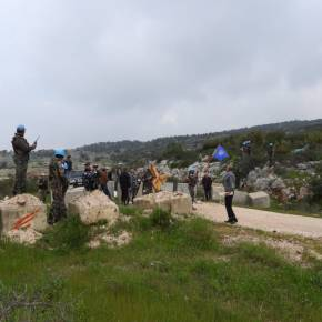 Residentes libaneses cruzan a las Granjas de Shebaa, ocupadas por EntidadSionista
