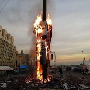 """Desconocidos queman monumento del """"Puño de la Revolución"""" enBeirut"""